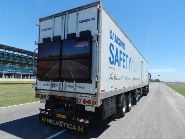 How Samsung Safety Truck will save Drivers Overtaking A Truck (2)